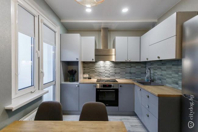 Дизайн серой кухни 12 кв с необычными ручками из Zara Home с выходом на балкон