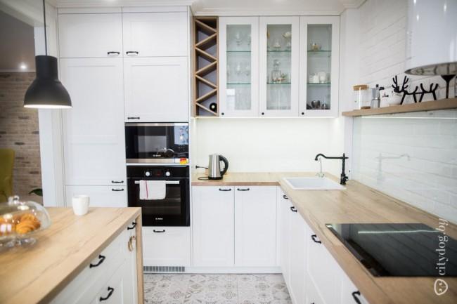 Белая кухня-гостиная с островом и барной стойкой