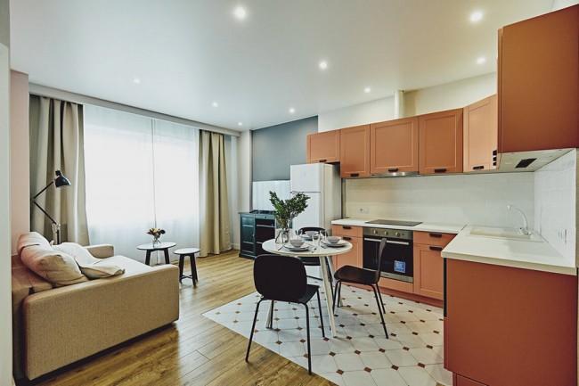Коралловая кухня-гостиная 14 кв с диваном. Арендная квартира