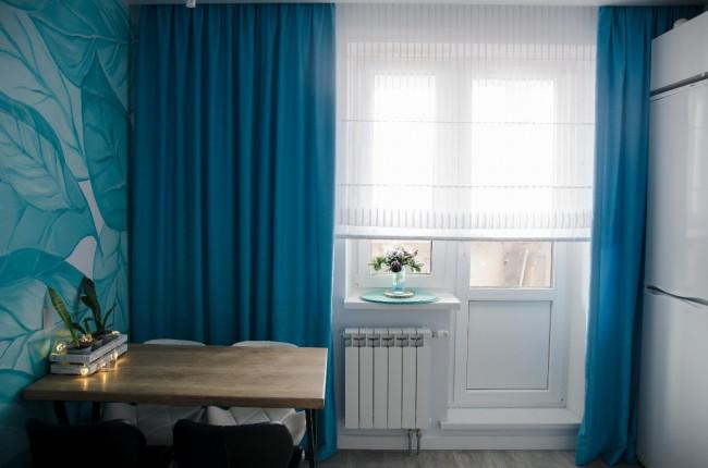 Дизайн кухни без ручек, в бирюзовых тонах. 12 кв м с выходом на балкон