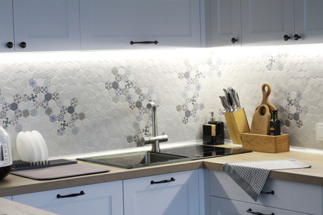 Дизайн белой кухни-гостиной в скандинавском стиле с окнами в пол