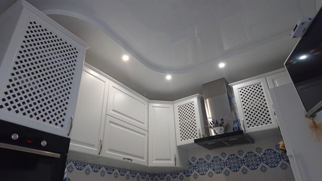 Белая кухня 11 кв м с выходом на балкон и синим акцентом из штор и плитки