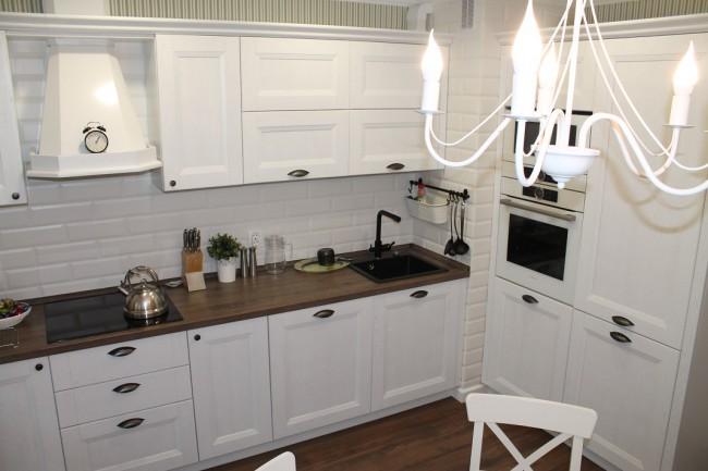 Стильная кухня 12 кв с большим вентканалом, пеналом и выходом на балкон