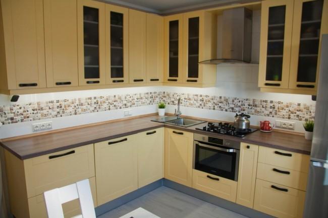 Нежно-желтая кухня 10 кв м со шторами вместо дверей и музыкальной акустикой